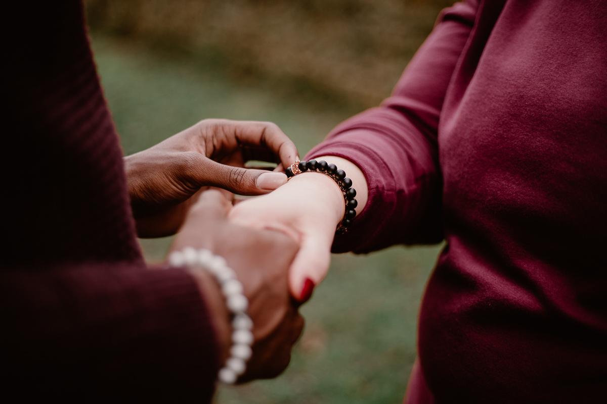Photo de couple auvergne puy-de-dome mains