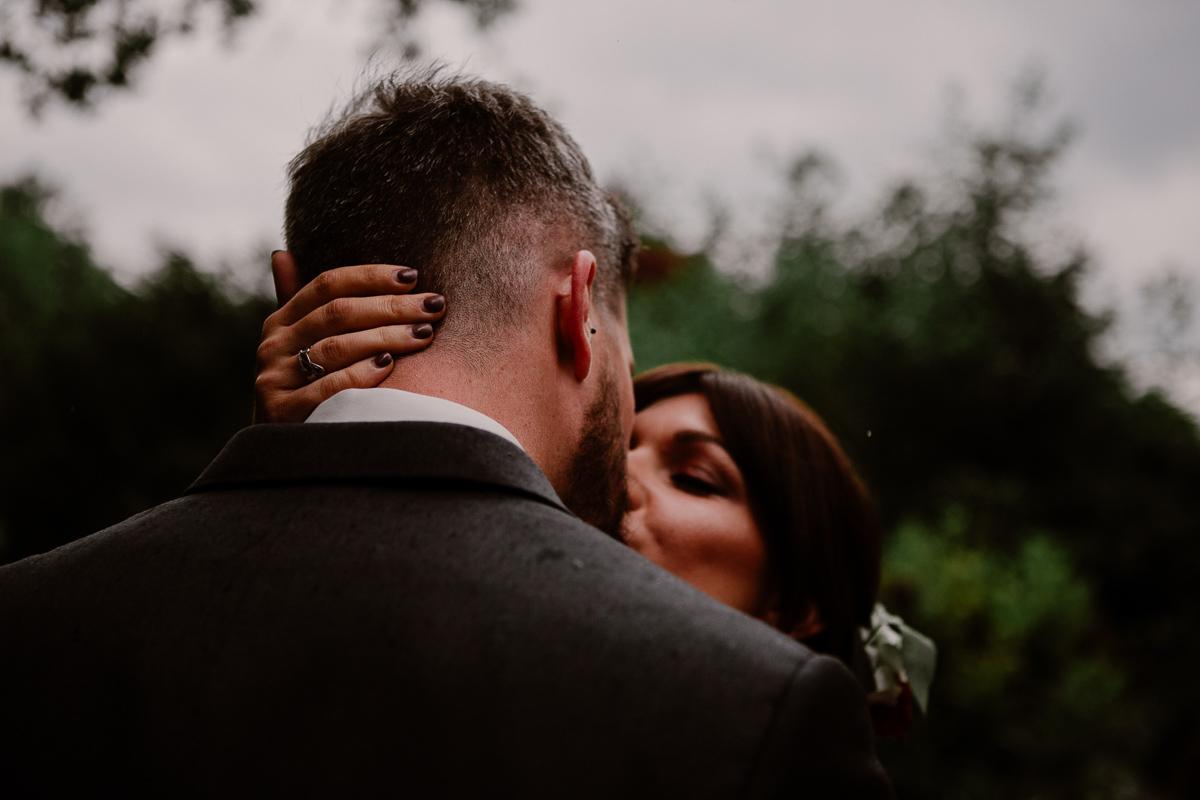 mariage au chateau près d'annecy baiser