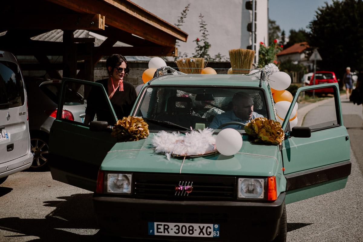 Mariage champêtre au chateau de Chazeron Auvergne auto