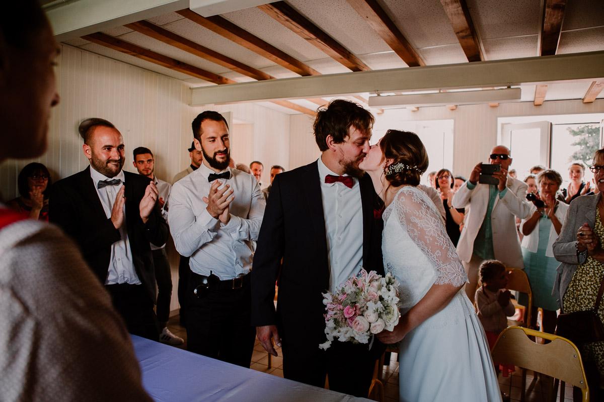 Mariage champêtre au chateau de Chazeron Auvergne baiser