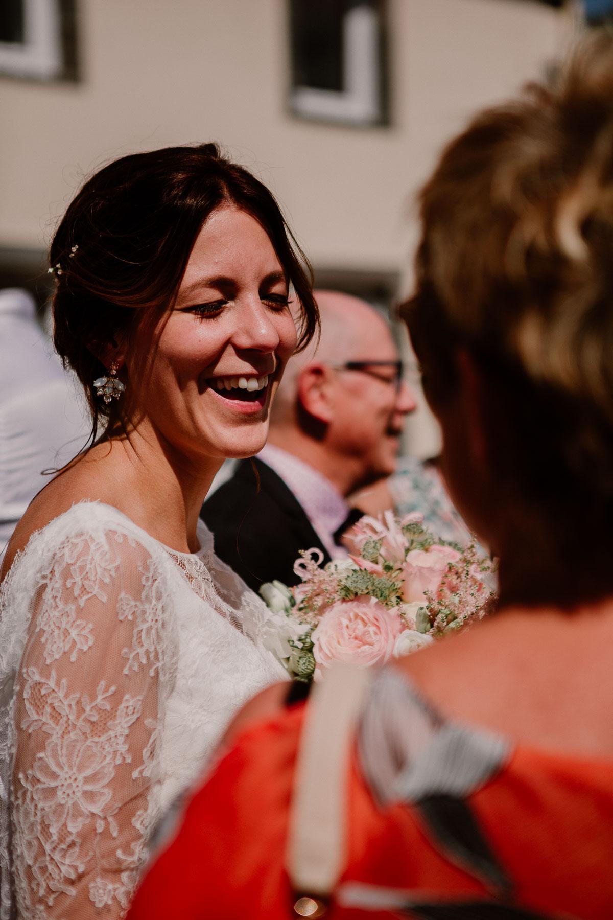 Mariage champêtre au chateau de Chazeron Auvergne sourire