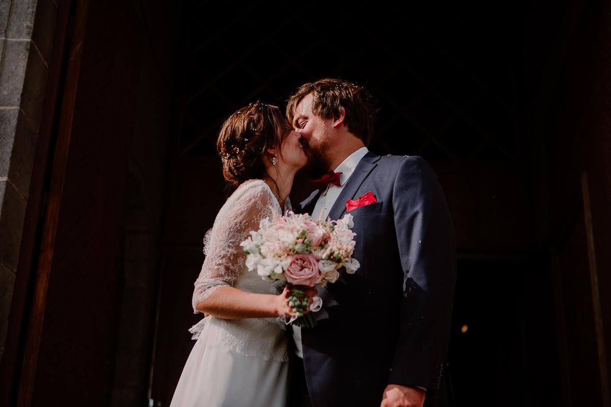 Mariage champêtre au chateau de Chazeron Auvergne embrasser
