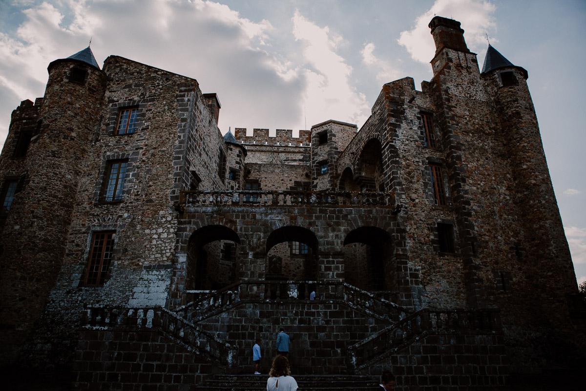 Mariage champêtre au chateau de Chazeron Auvergne pierre
