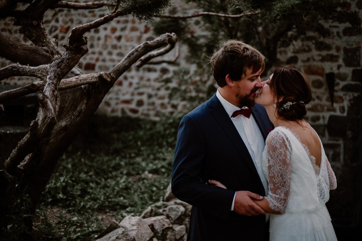 Mariage champêtre au chateau de Chazeron Auvergne kiss