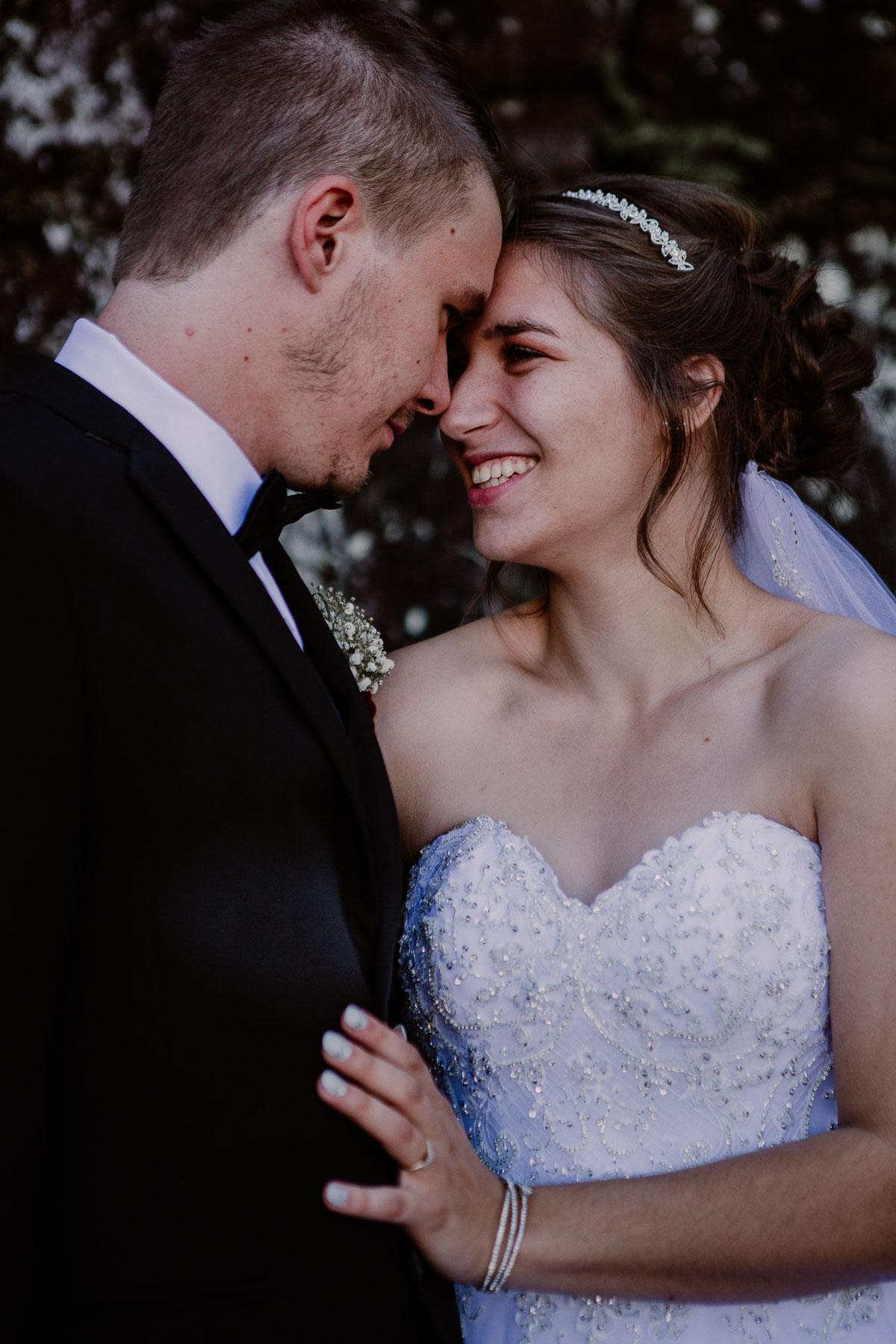 mariage intime au québec en automne sourire