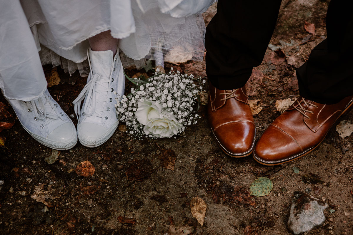 mariage intime au québec en automne pieds