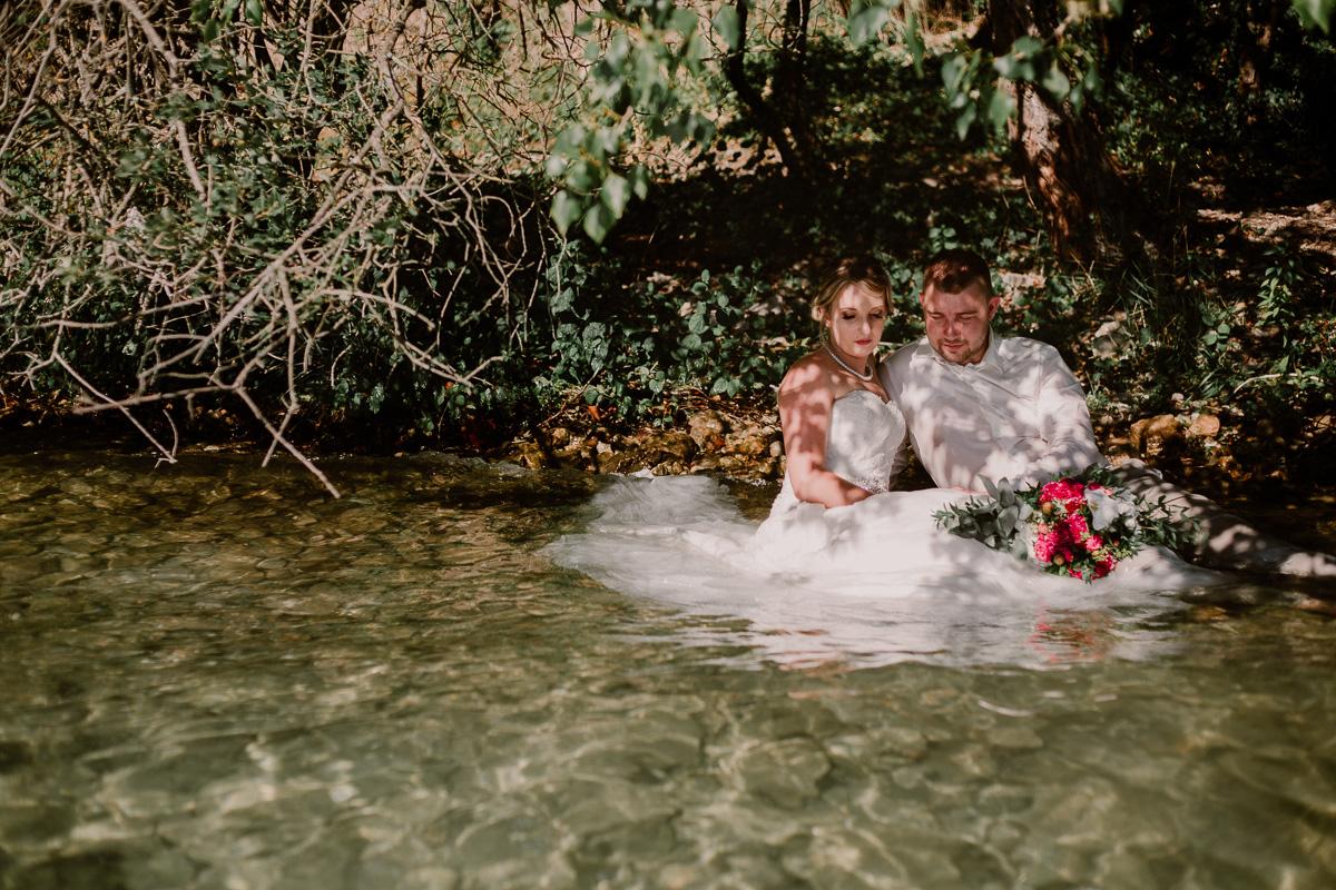 Trash the dress au lac du bourget près d'annecy assis