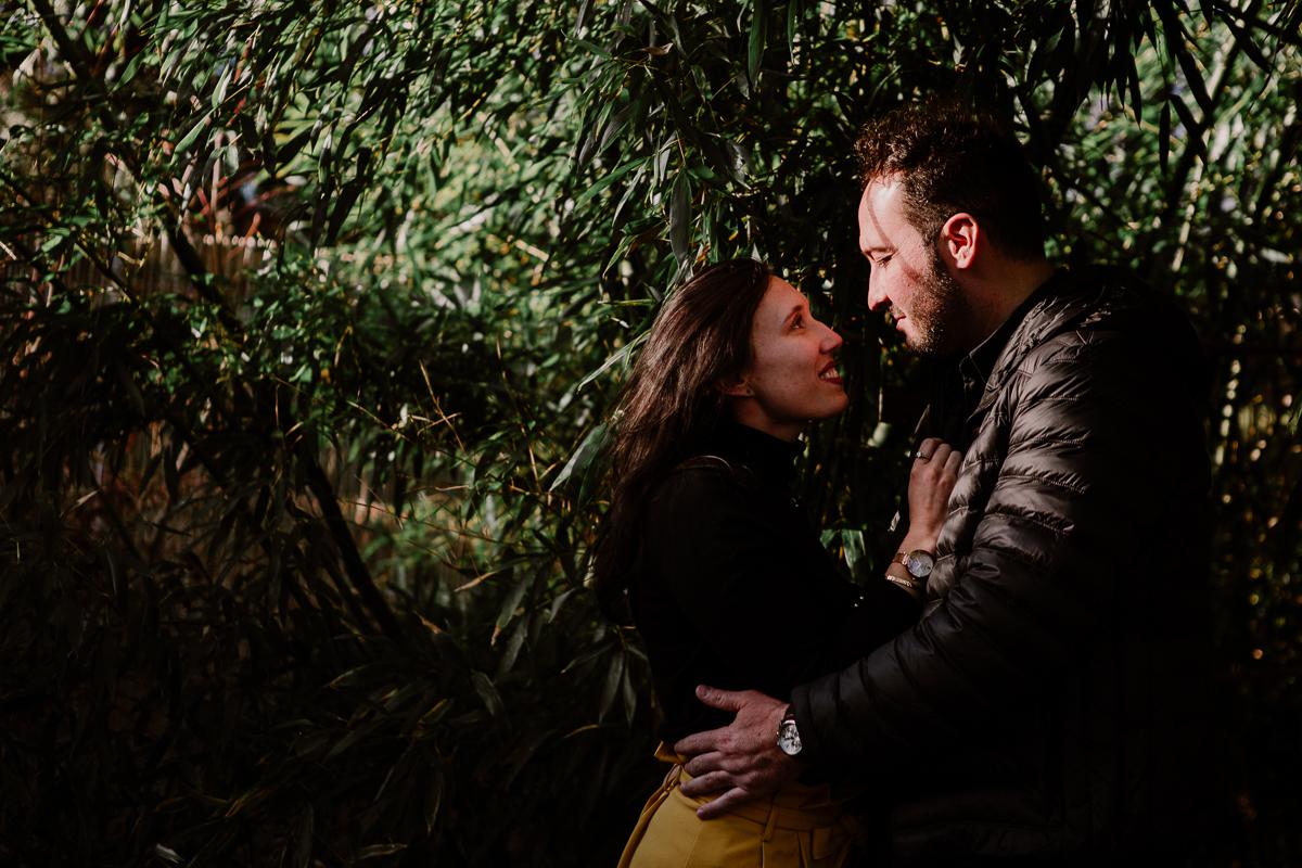 Séance photo de couple au ajrdin botanique de genève regard