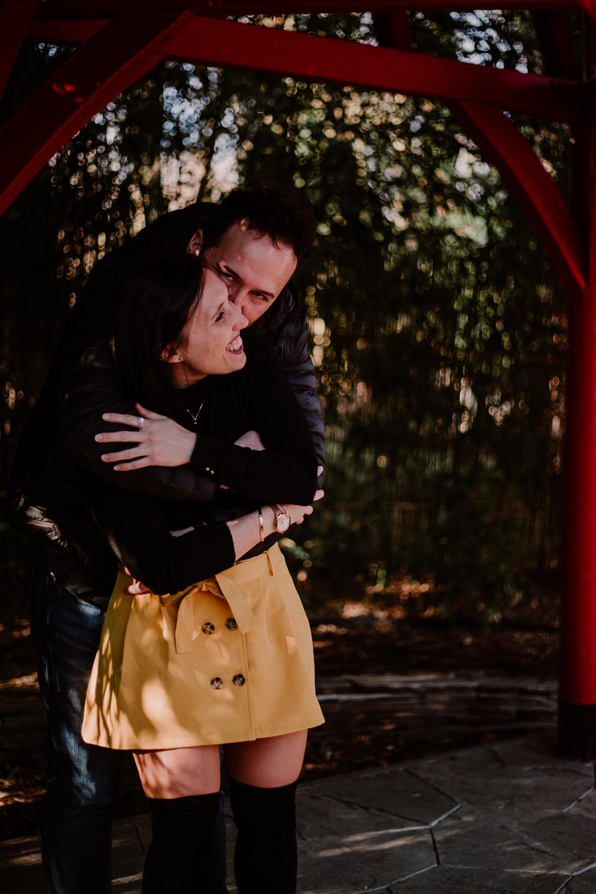 Séance photo de couple au ajrdin botanique de genève calin