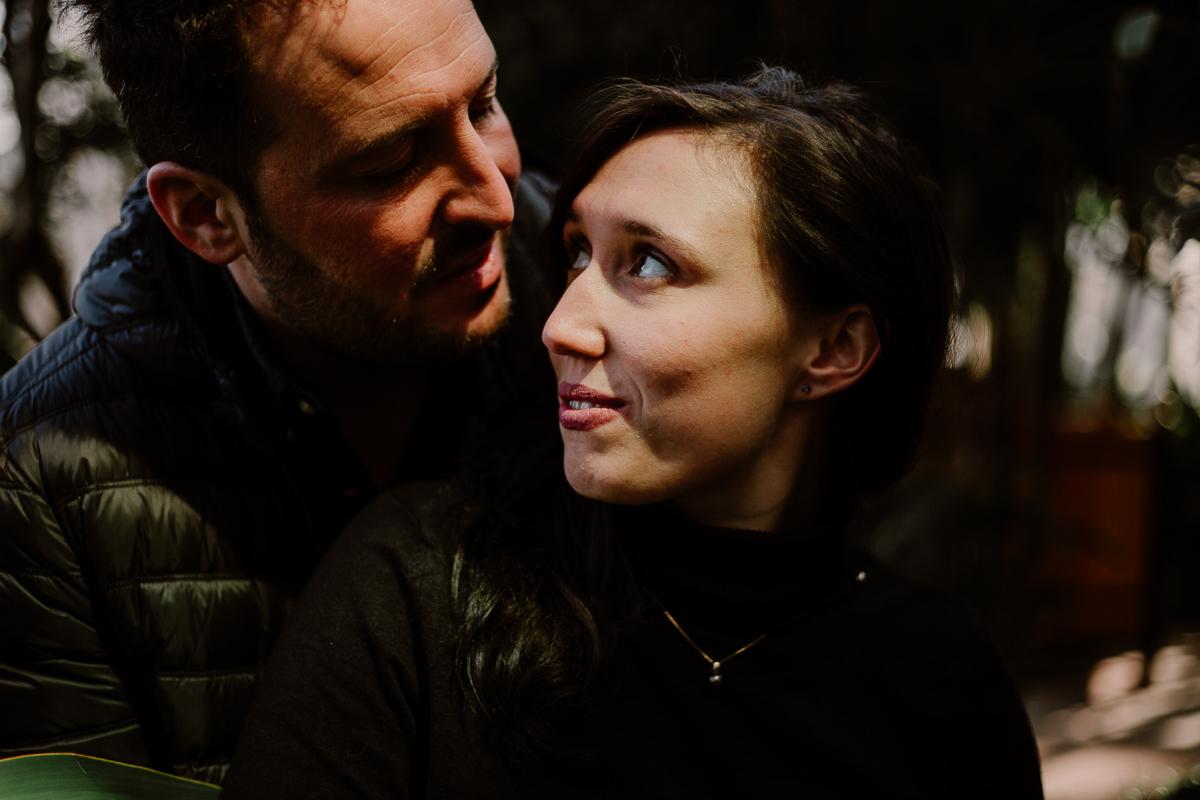 Séance photo de couple au ajrdin botanique de genève tendresse