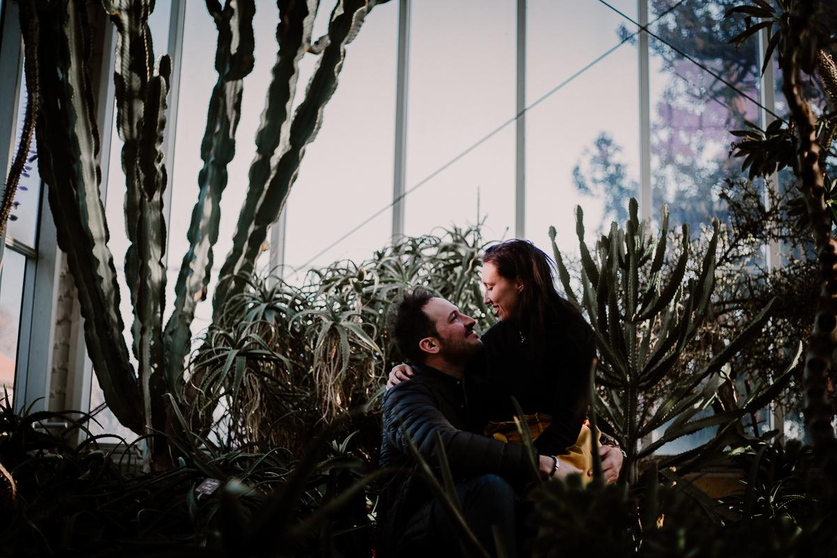 Séance photo de couple au ajrdin botanique de genève amour