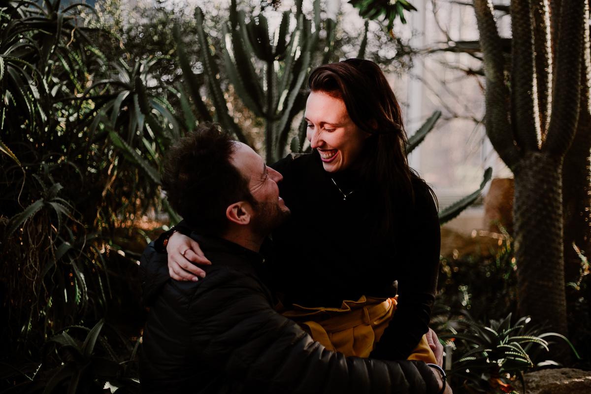Séance photo de couple au ajrdin botanique de genève rire