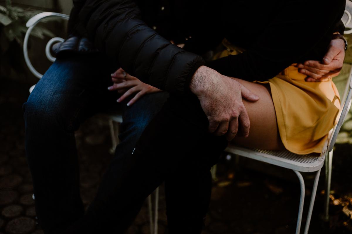 Séance photo de couple au ajrdin botanique de genève caresses
