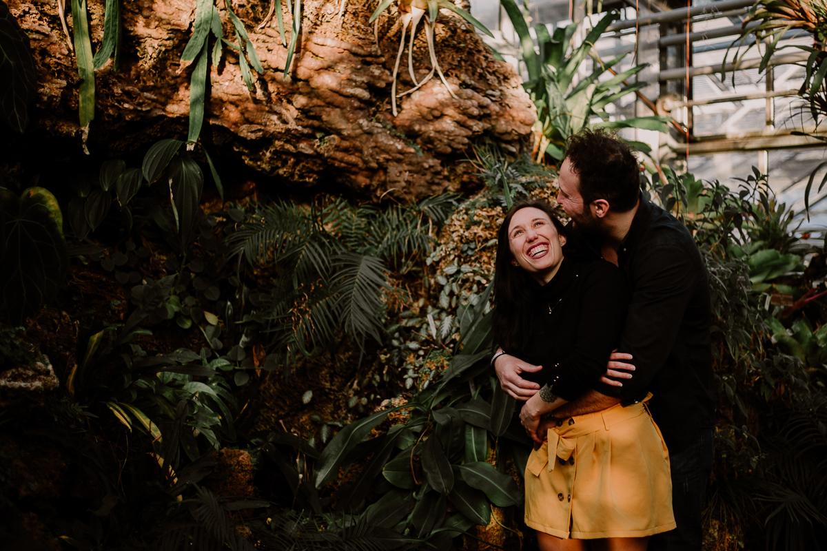 Séance photo de couple au ajrdin botanique de genève blague