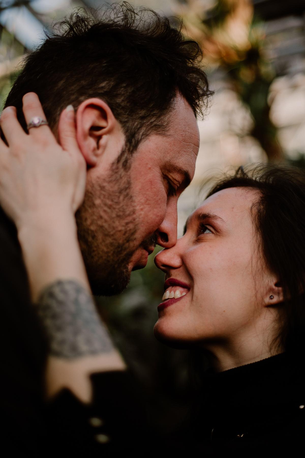 Séance photo de couple au ajrdin botanique de genève nez