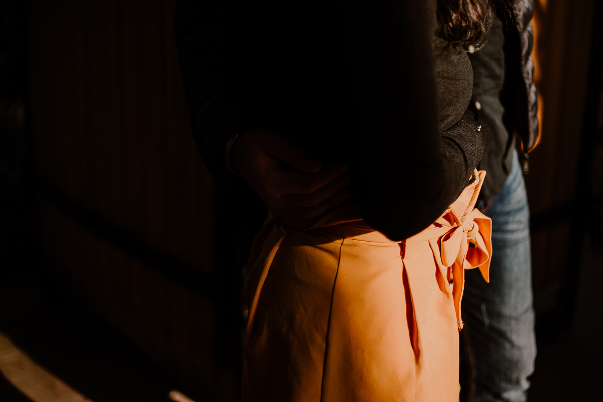 Séance photo de couple au ajrdin botanique de genève soleil