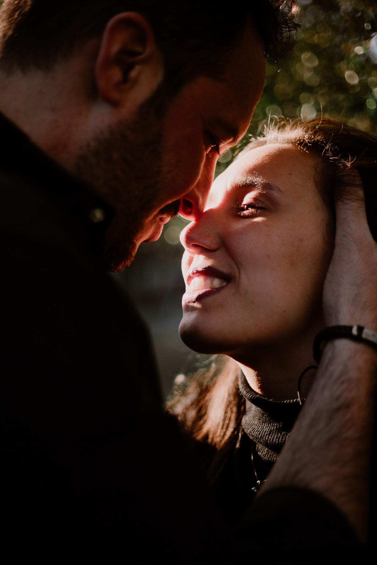 Séance photo de couple au ajrdin botanique de genève baiser