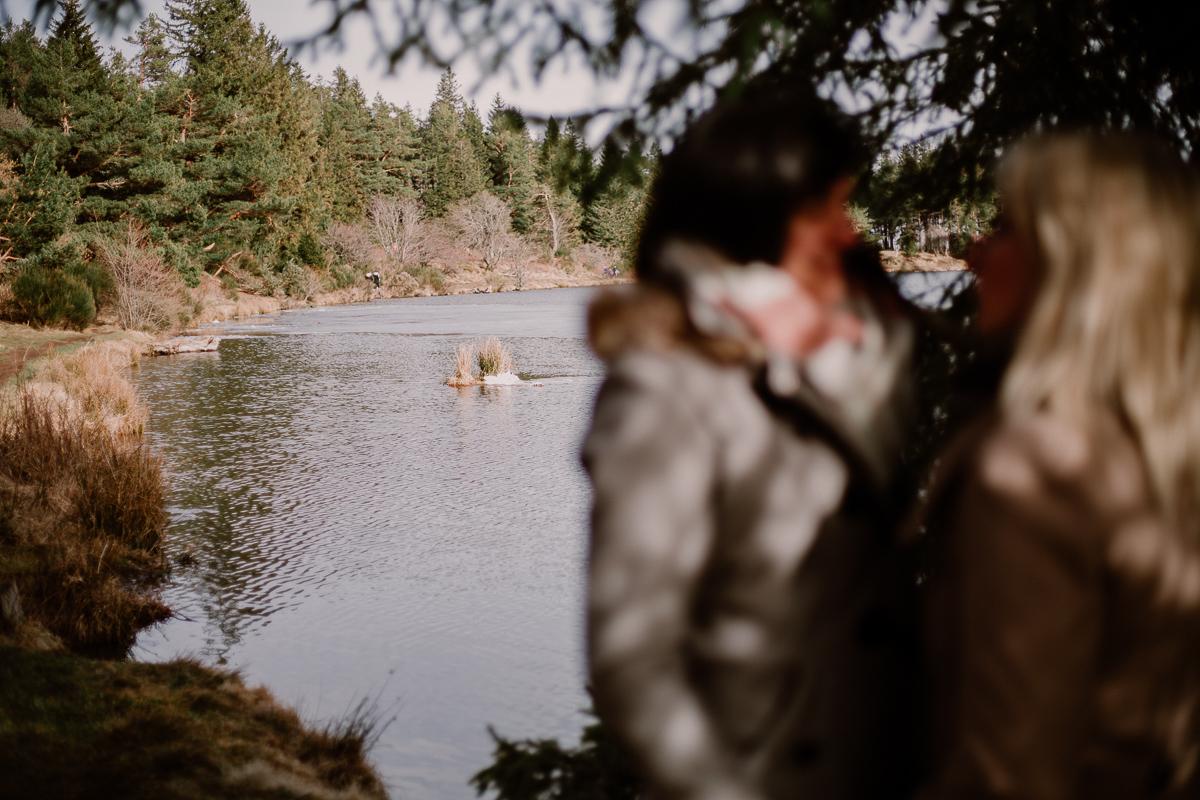 Séance de couple lesbienne lac servière eau