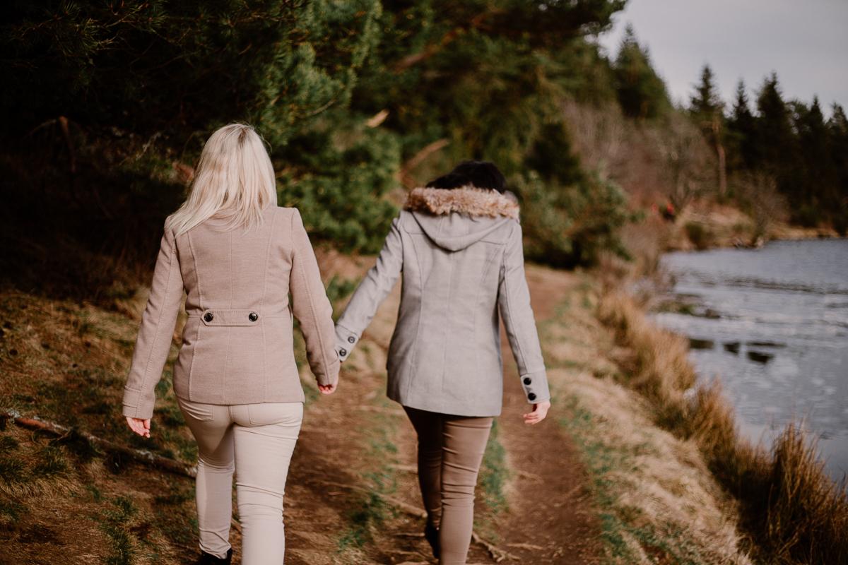 Séance de couple lesbienne lac servière promenade