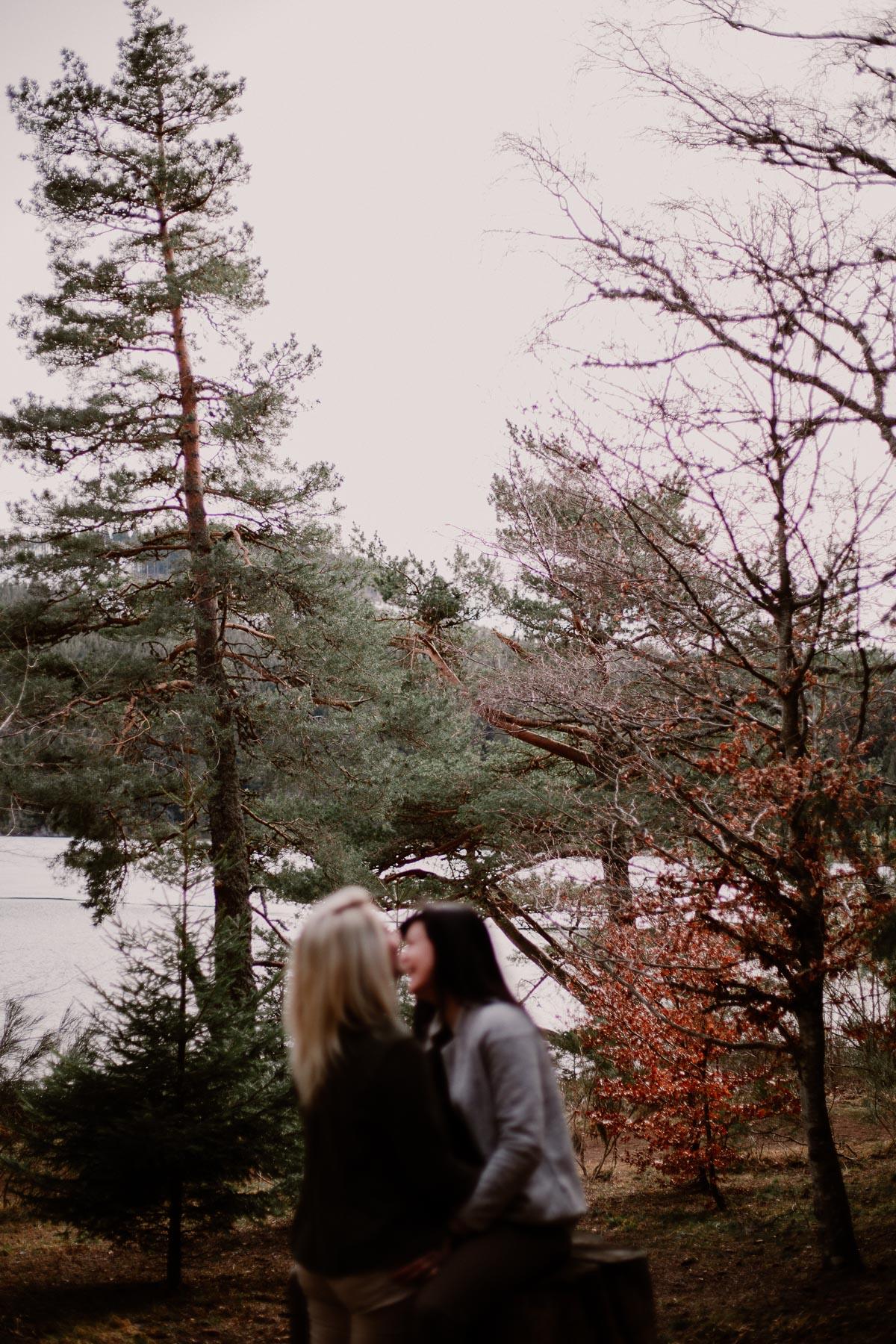 Séance de couple lesbienne lac servière arbre
