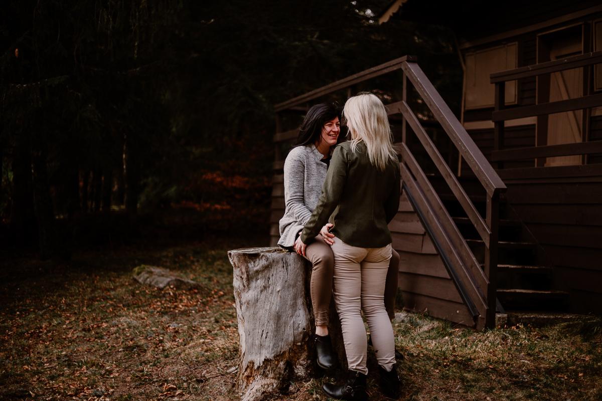 Séance de couple lesbienne lac servière escalier