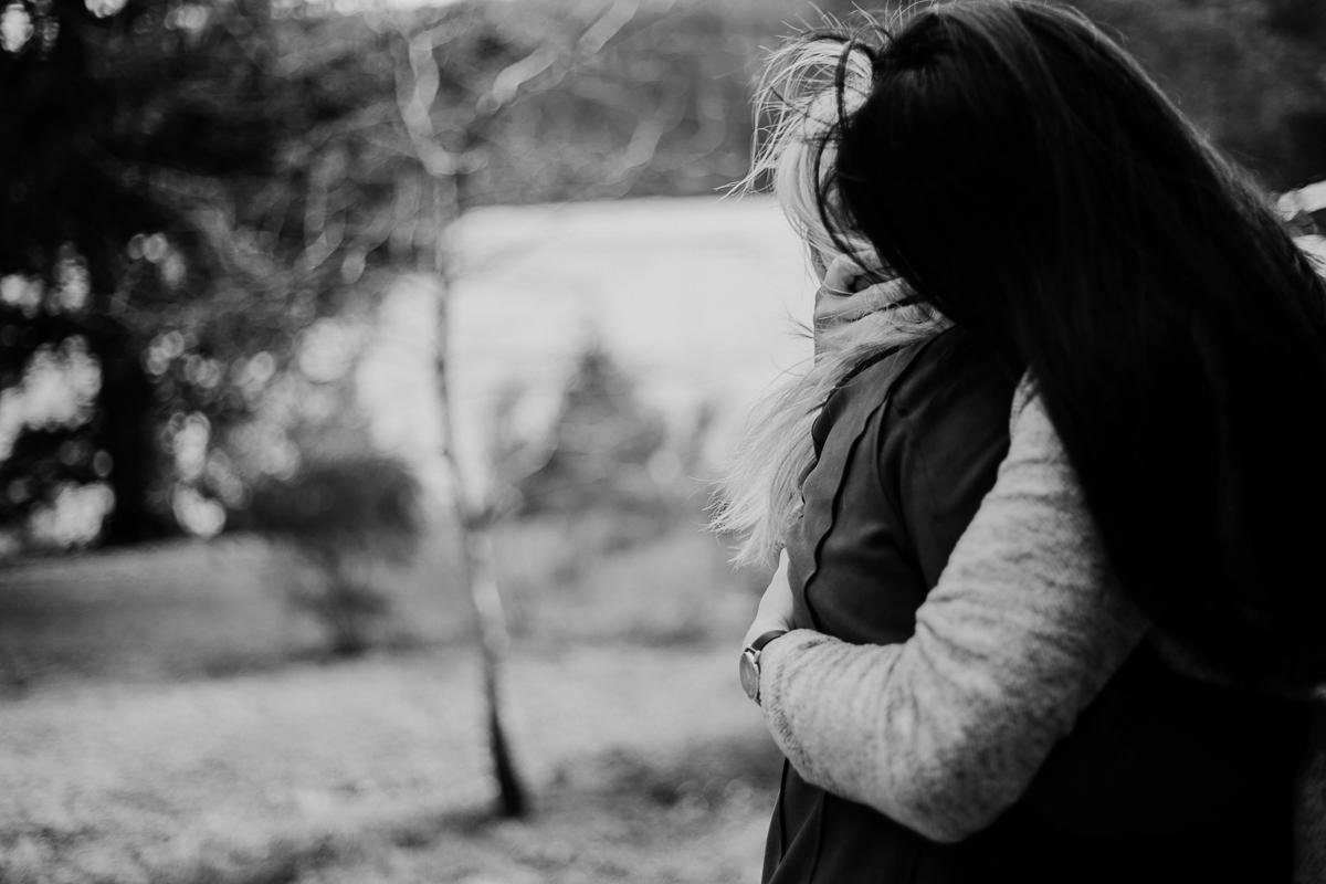 Séance de couple lesbienne lac servière enlacer
