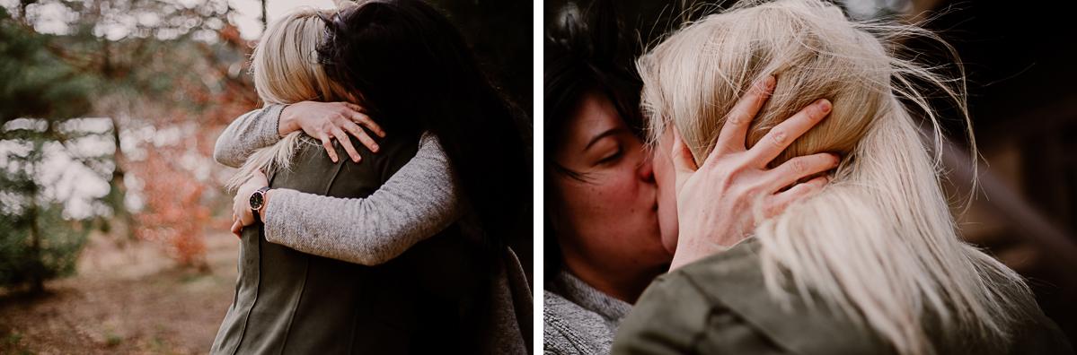 Séance de couple lesbienne lac servière baiser