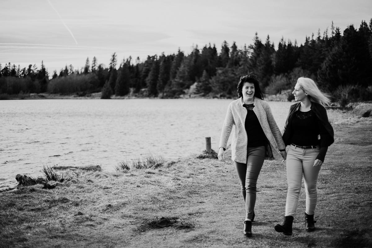 Séance de couple lesbienne lac servière vent