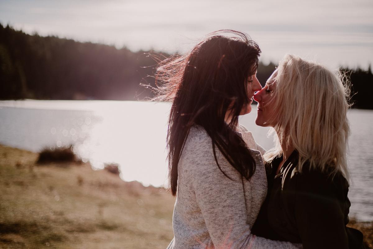 Séance de couple lesbienne lac servière calinant