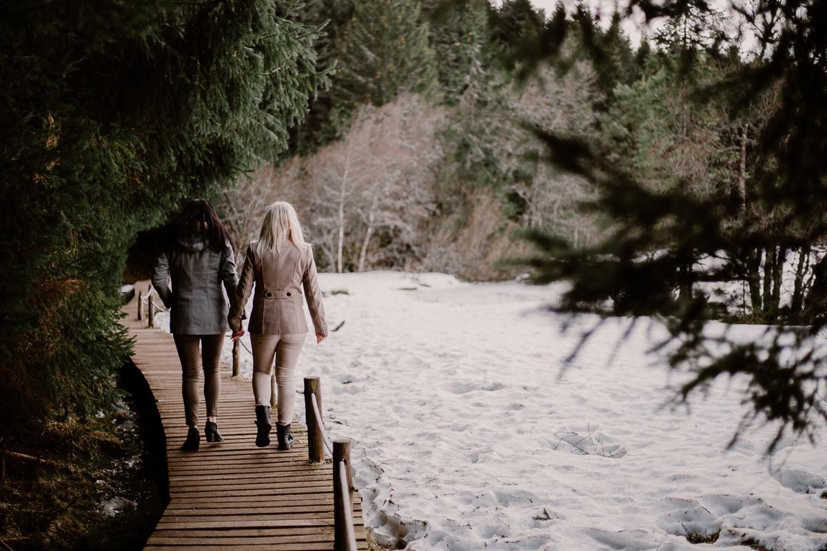 Séance de couple lesbienne lac servière chemin