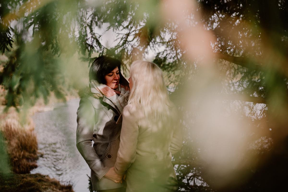 Séance de couple lesbienne lac servière caché
