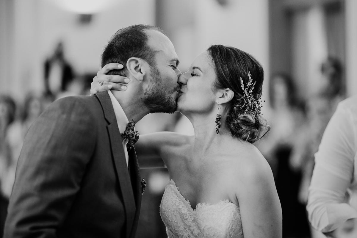 Photographe de mariage chateau boisrigaud usson auvergne embrasser