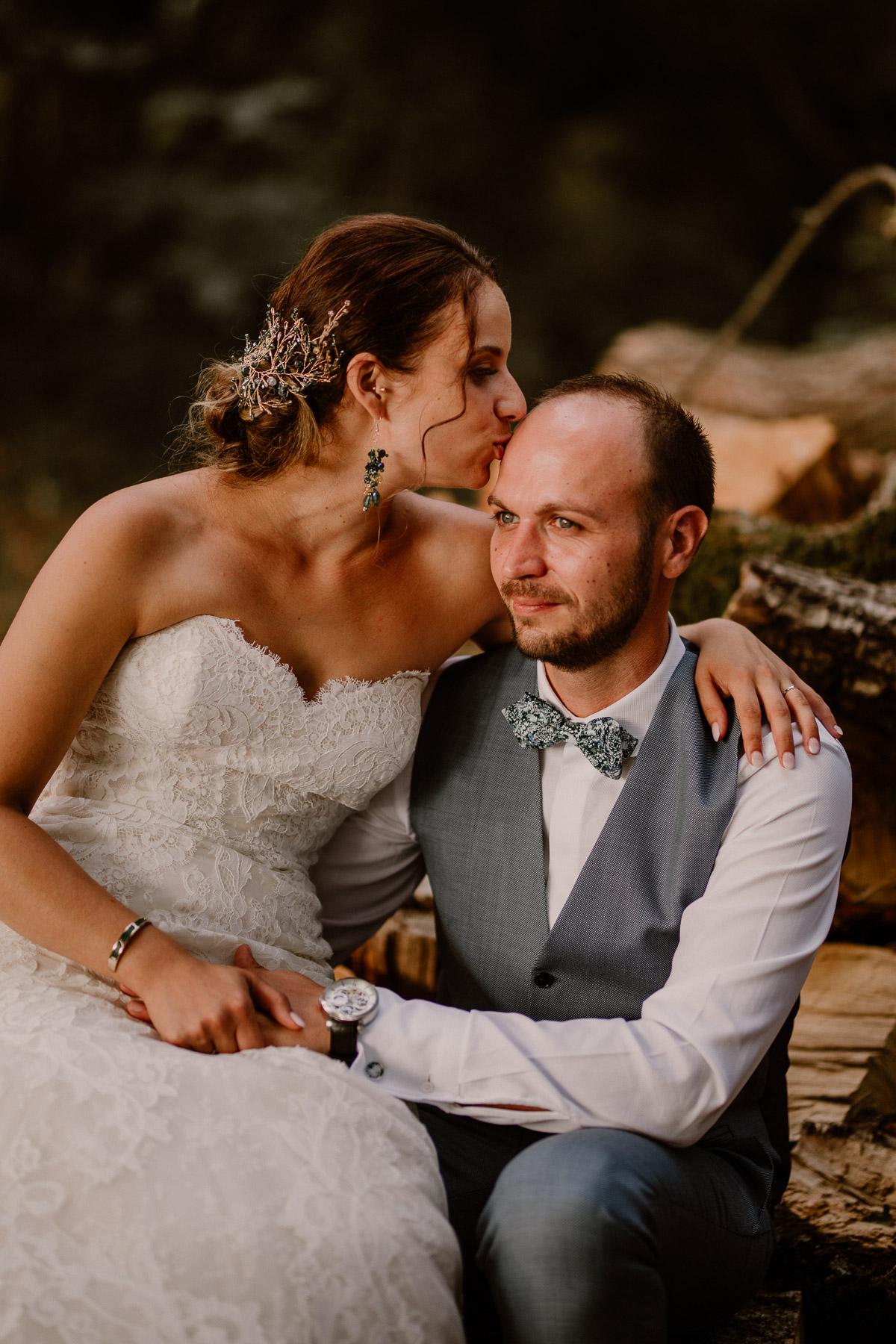 Photographe de mariage chateau boisrigaud usson auvergne bisous