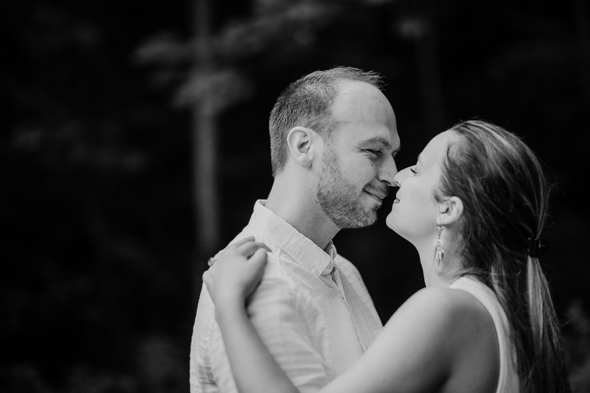 Photographe couple engagement foret auvergne clermont ferrand nez