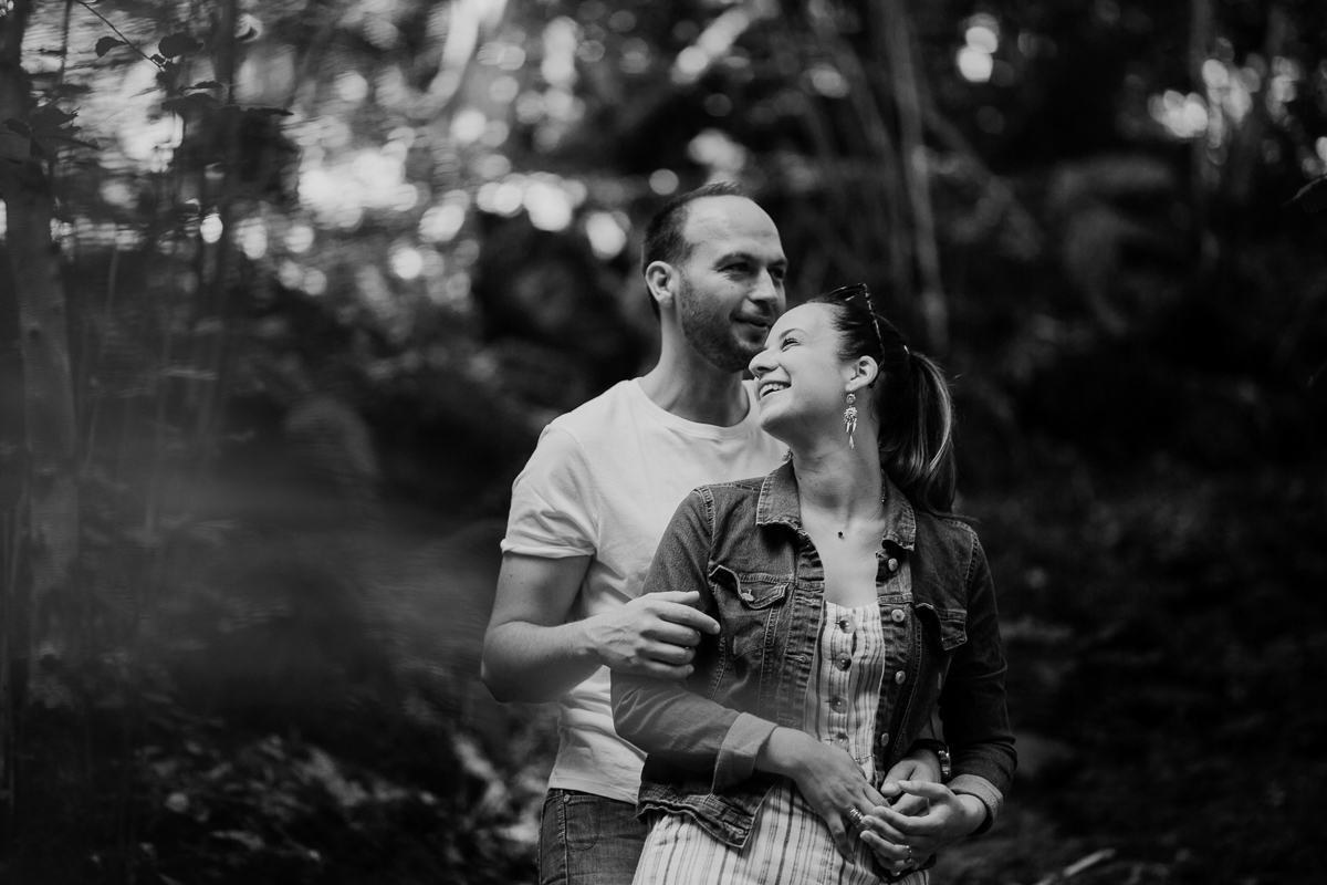 Photographe couple engagement foret auvergne clermont ferrand rire