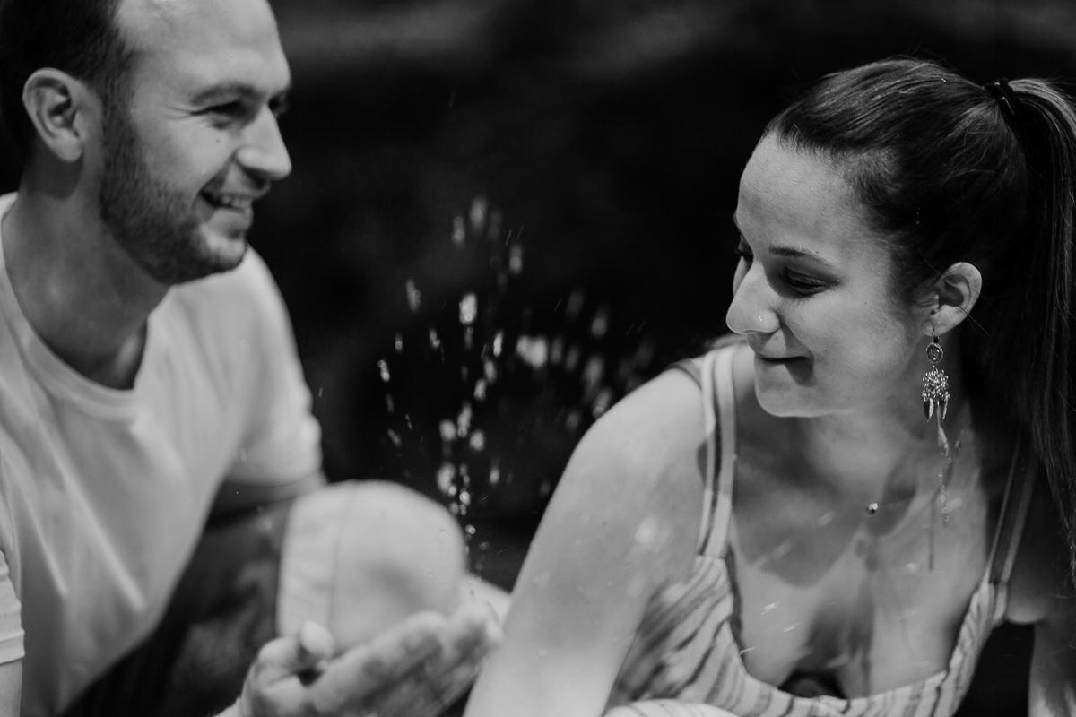 Photographe couple engagement foret auvergne clermont ferrand eclaboussures