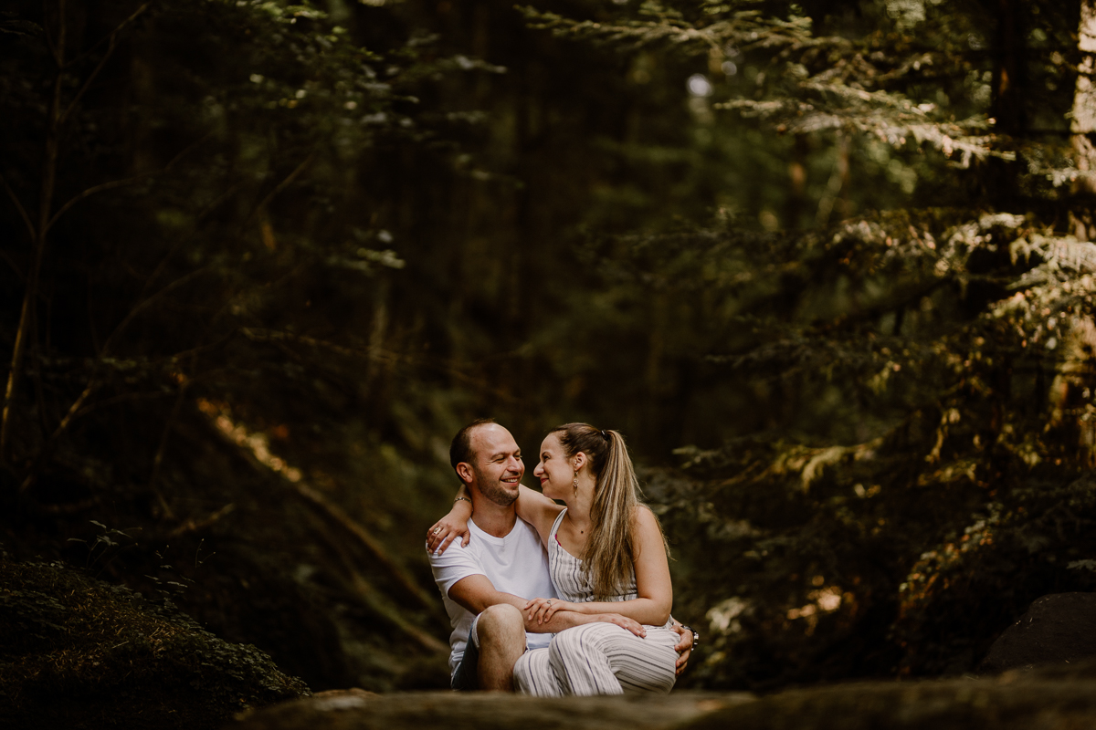 Photographe couple engagement foret auvergne clermont ferrand sourire